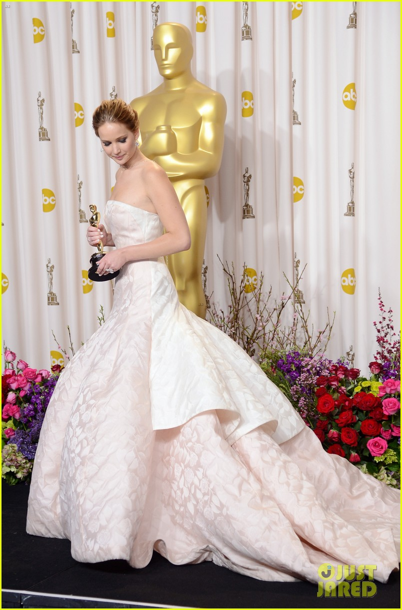 jennifer lawrence middle finger flash in oscars press room 10