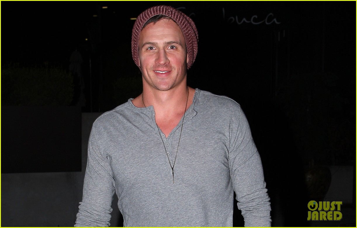ryan lochte sambuca nashville dinner with friends 03
