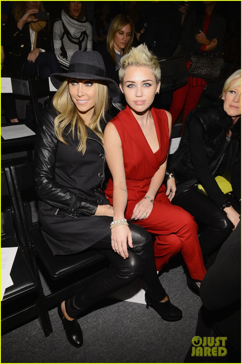 miley cyrus rachel zoe fashion show with mom tish 18