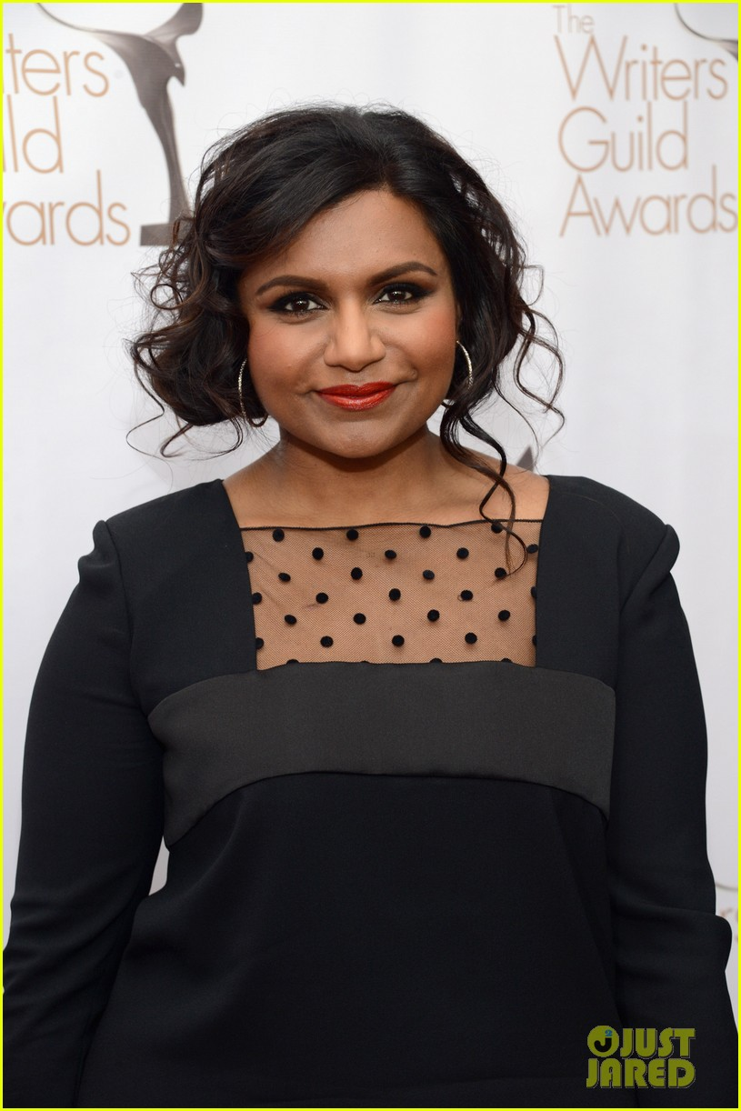 mindy kaling amy poehler writers guild awards red carpet 2013 04
