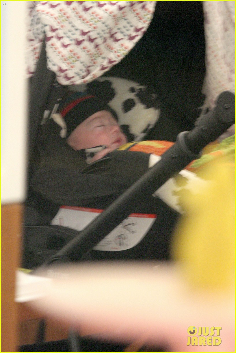 anna paquin shopping with one of her twins 04