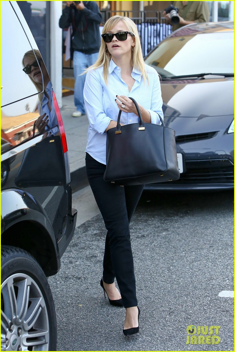 reese witherspoon post lunch shopping trip 04