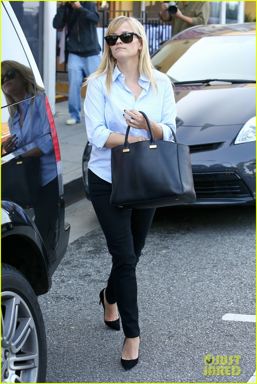 reese witherspoon post lunch shopping trip 05