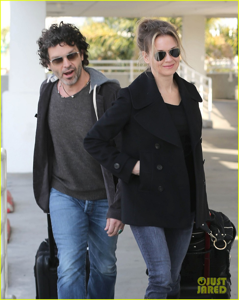 renee zellweger departs lax after chicago cast oscar news 04