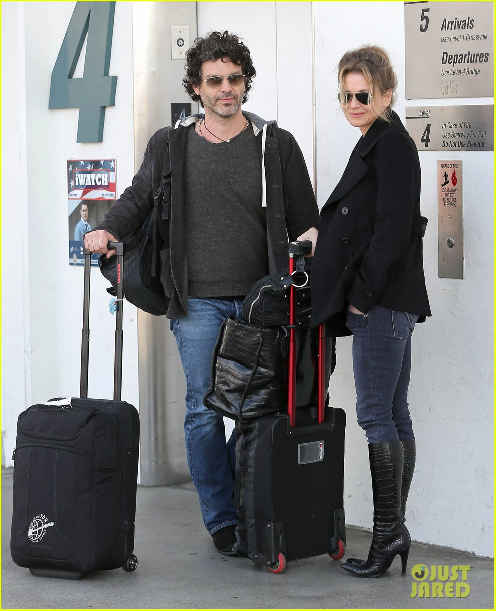 renee zellweger departs lax after chicago cast oscar news 062810584