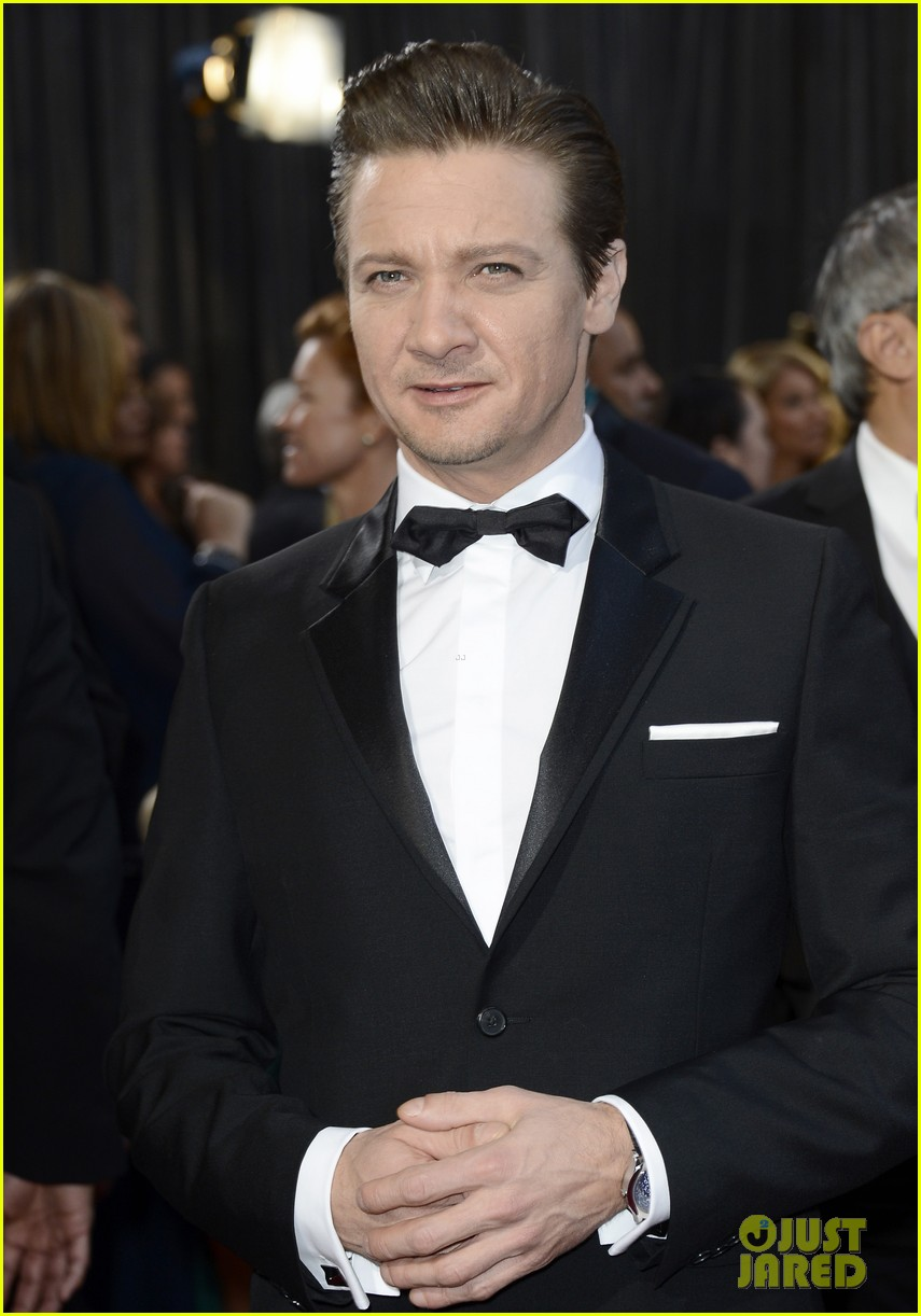 jeremy renner oscars 2013 red carpet 04