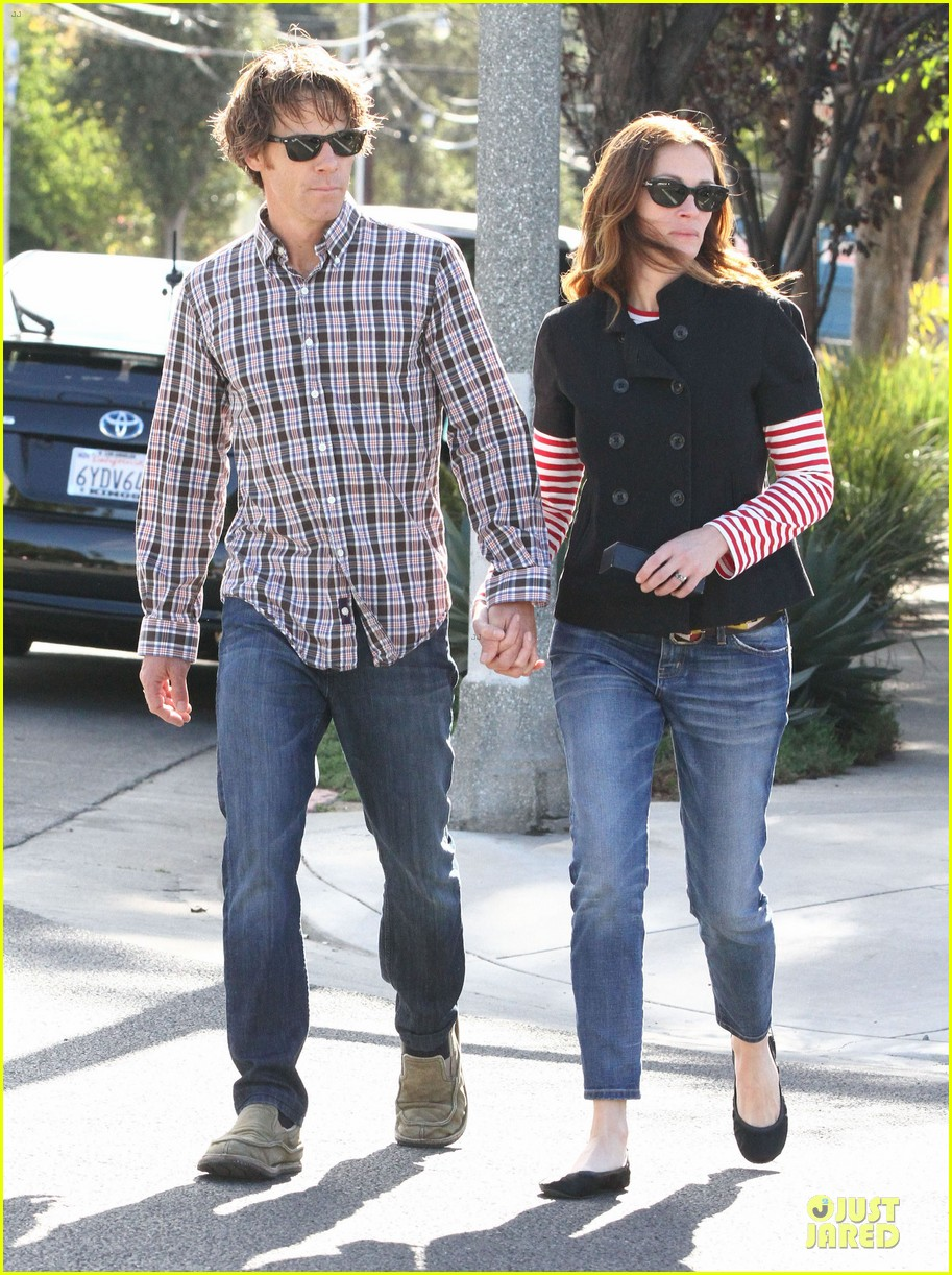 julia roberts danny moder hand holding santa monica couple 01
