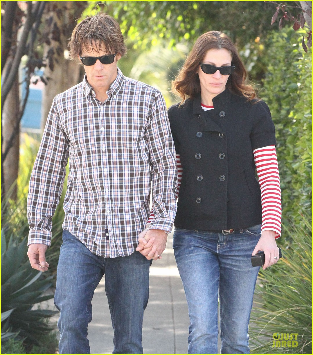 julia roberts danny moder hand holding santa monica couple 02
