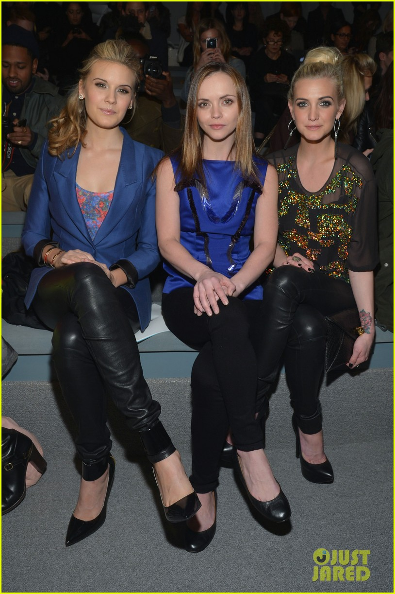 ashlee simpson christina ricci richard chai fashion show 01