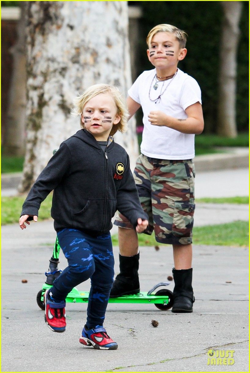 gwen stefani gavin rossdale scootering with the boys 05