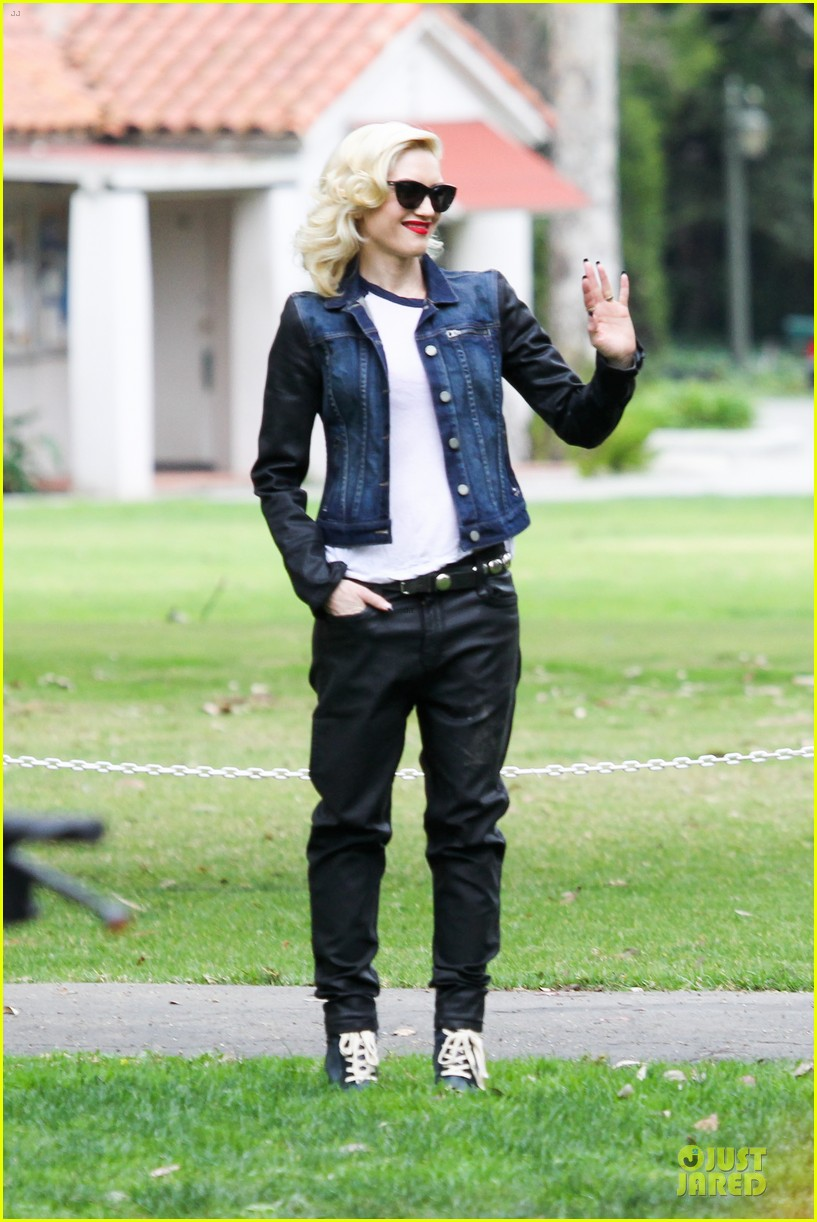 gwen stefani gavin rossdale scootering with the boys 16