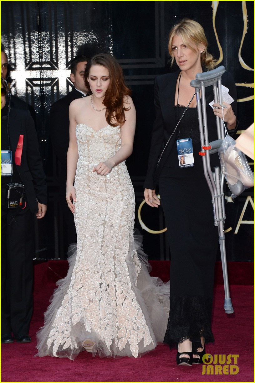 kristen stewart oscars 2013 red carpet on crutches 05