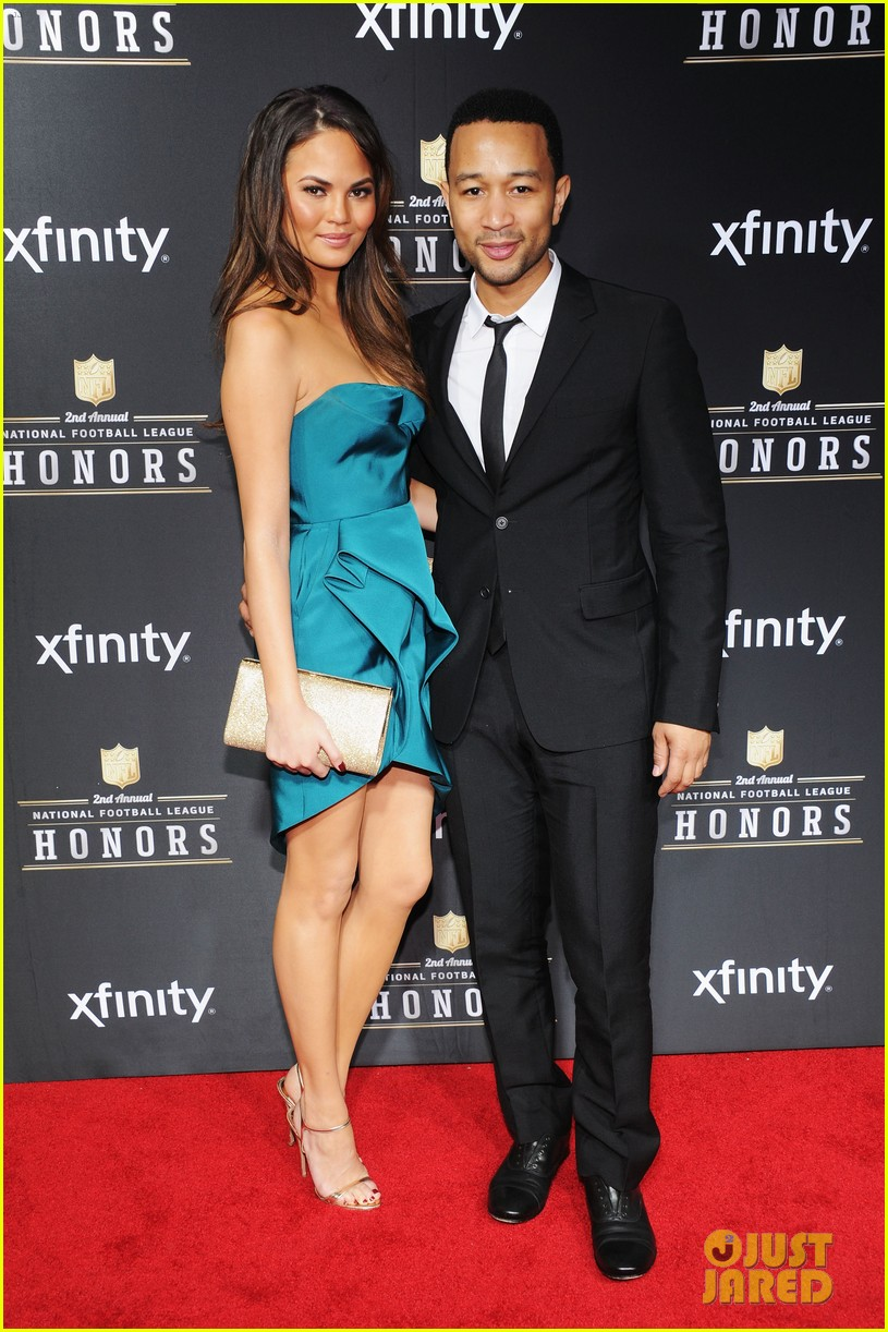 chrissy teigen hilaria thomas wear same dress to nfl honors 2013 03