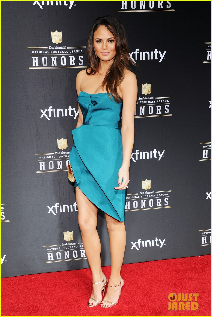 chrissy teigen hilaria thomas wear same dress to nfl honors 2013 09