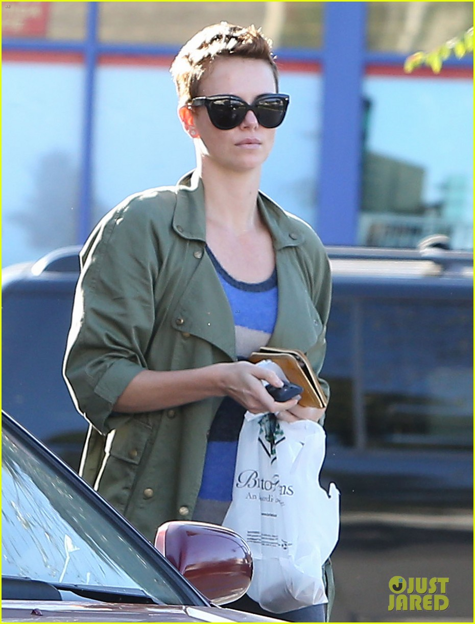 charlize theron bristol farms shopper 01