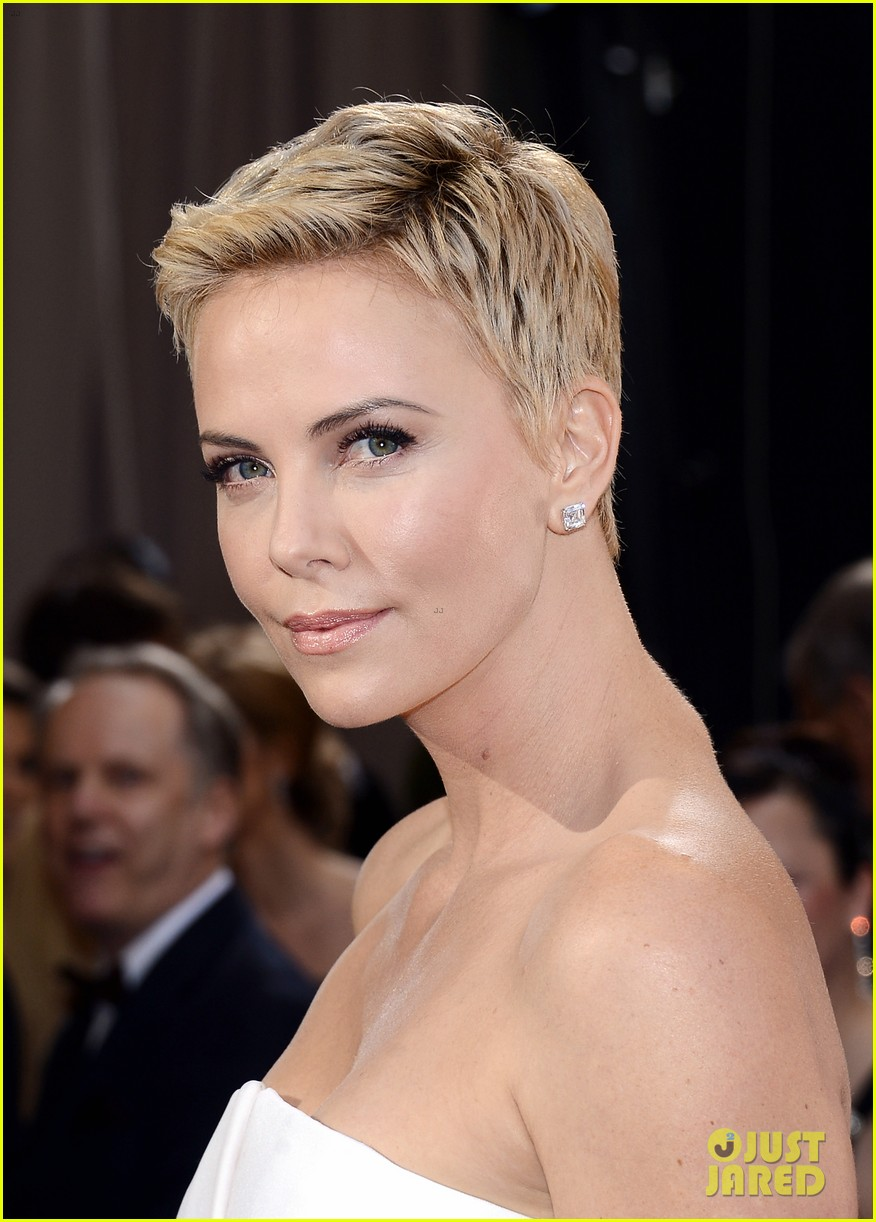charlize theron oscars 2013 red carpet 02