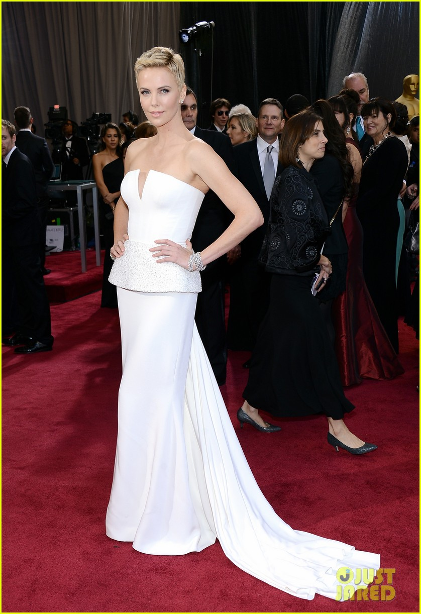 charlize theron oscars 2013 red carpet 05
