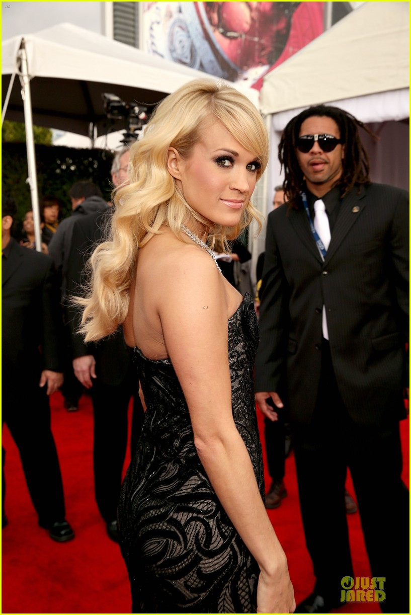 carrie underwood grammys 2013 red carpet 07