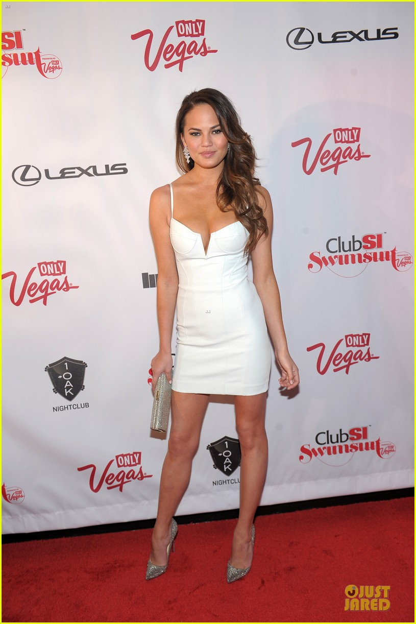 kate upton chrissy teigen club si swimsuit party 03