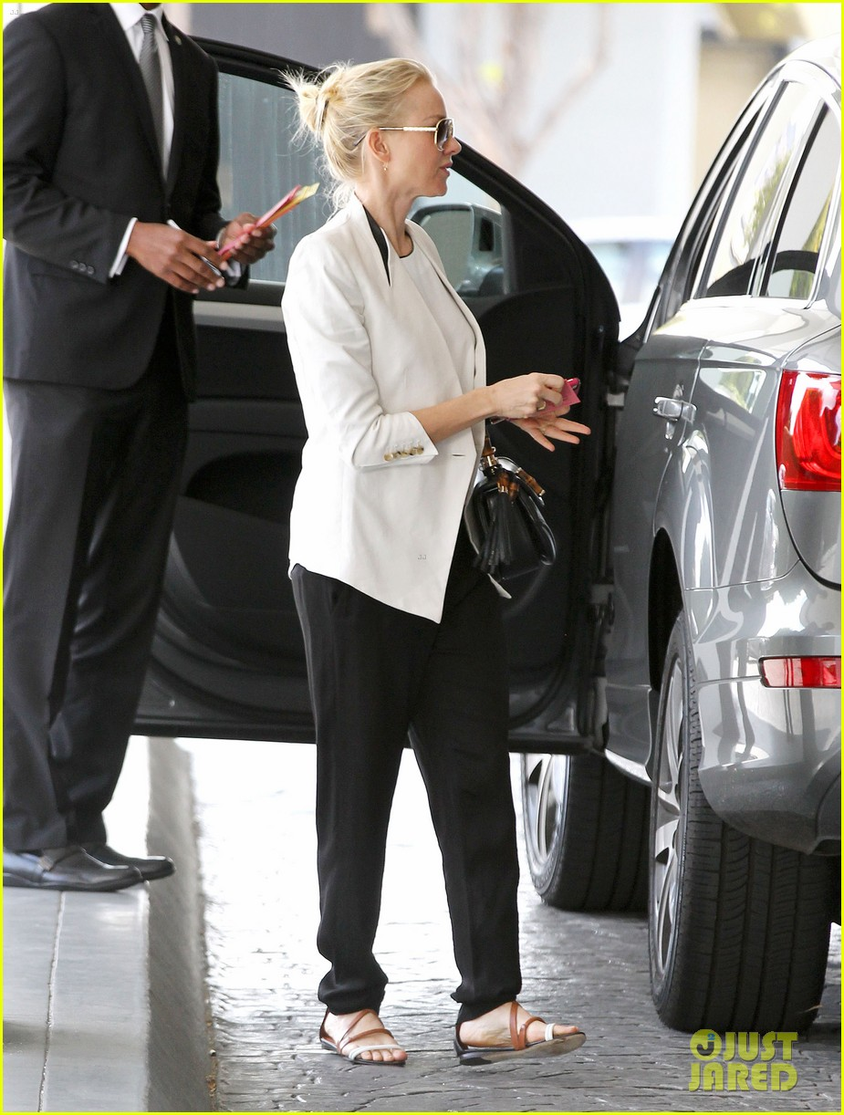 naomi watts gearing up for oscar sunday 012817160