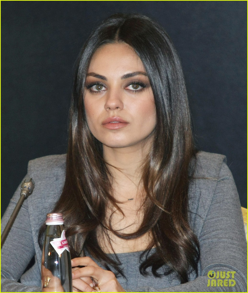 michelle williams mila kunis oz great powerful moscow photo call 02