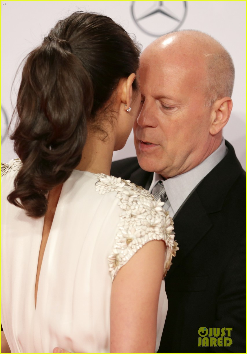 bruce willis emma heming die hard red carpet kiss 122804608