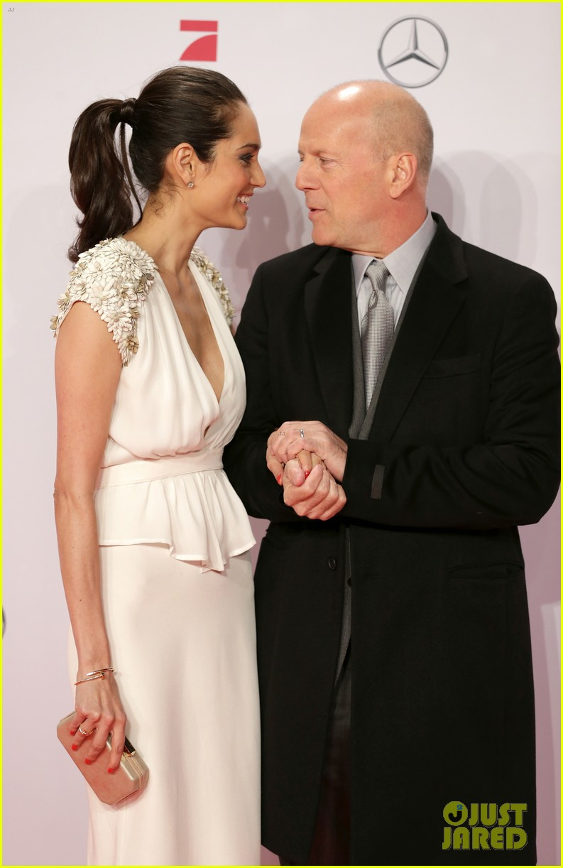 bruce willis emma heming die hard red carpet kiss 13
