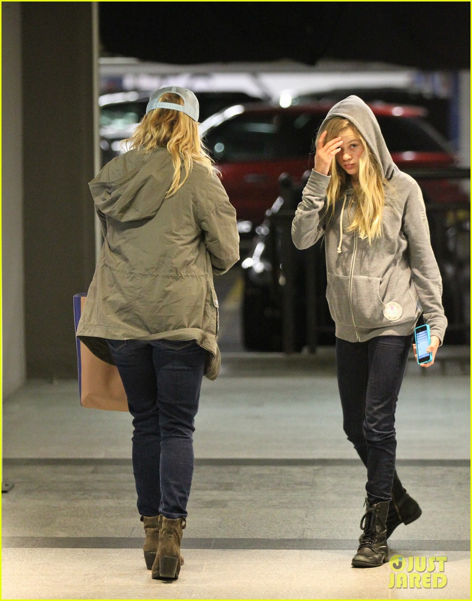 reese witherspoon shopping with ava 17