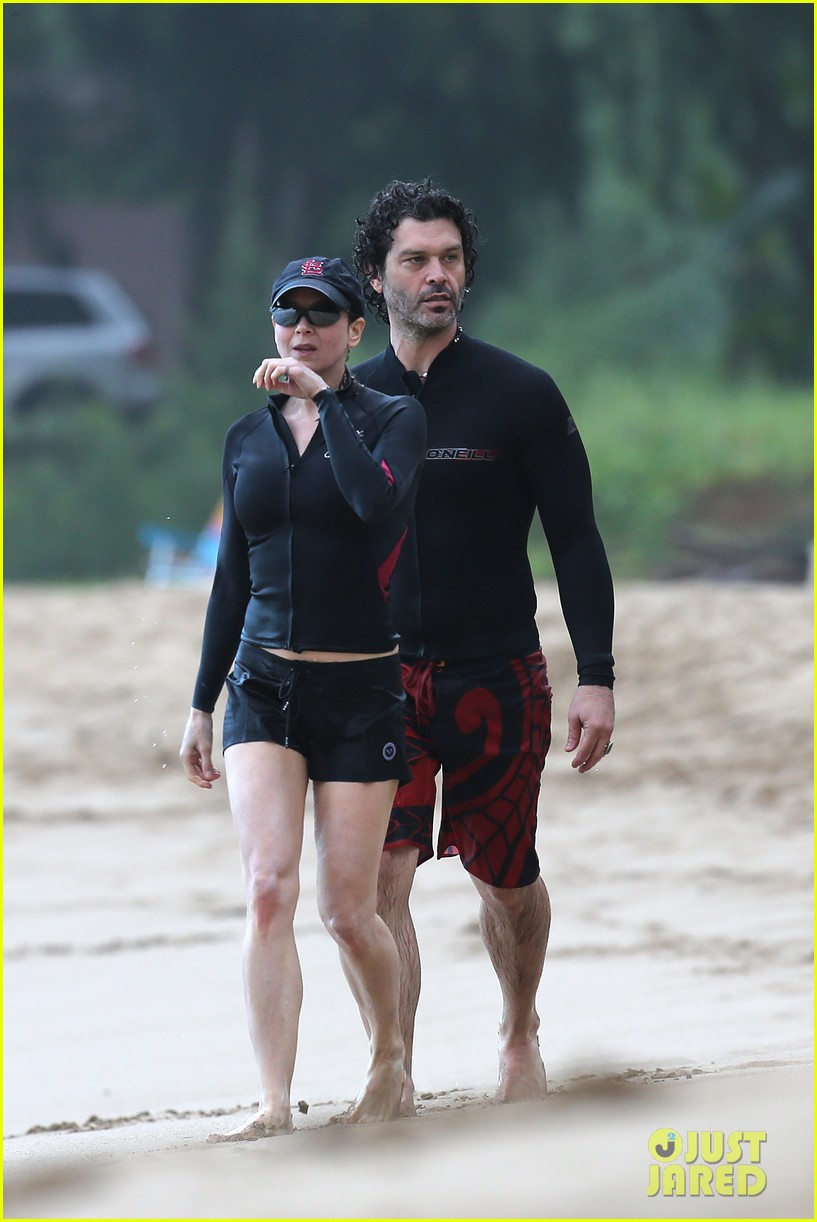 renee zellweger hawaii hand holding with doyle bramhall ii 04