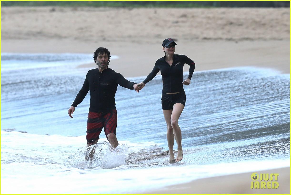 renee zellweger hawaii hand holding with doyle bramhall ii 102815688