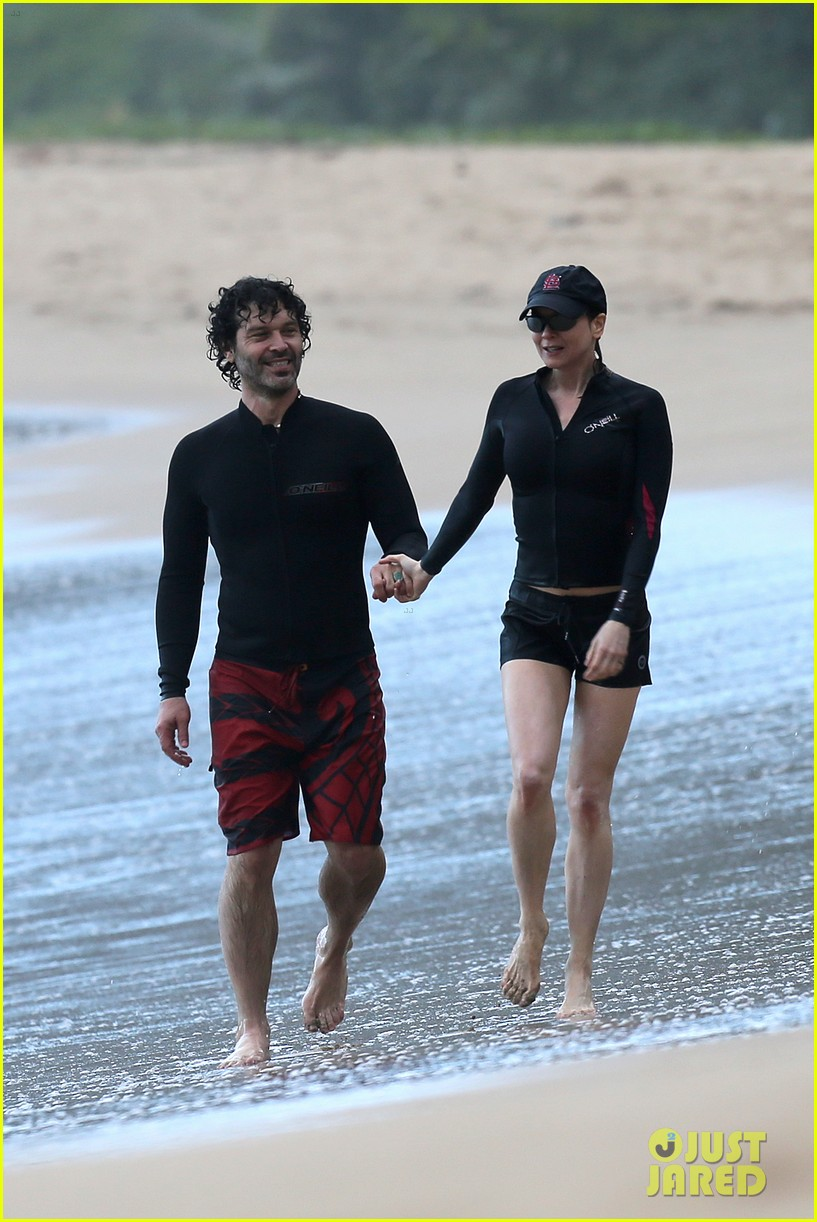 renee zellweger hawaii hand holding with doyle bramhall ii 19