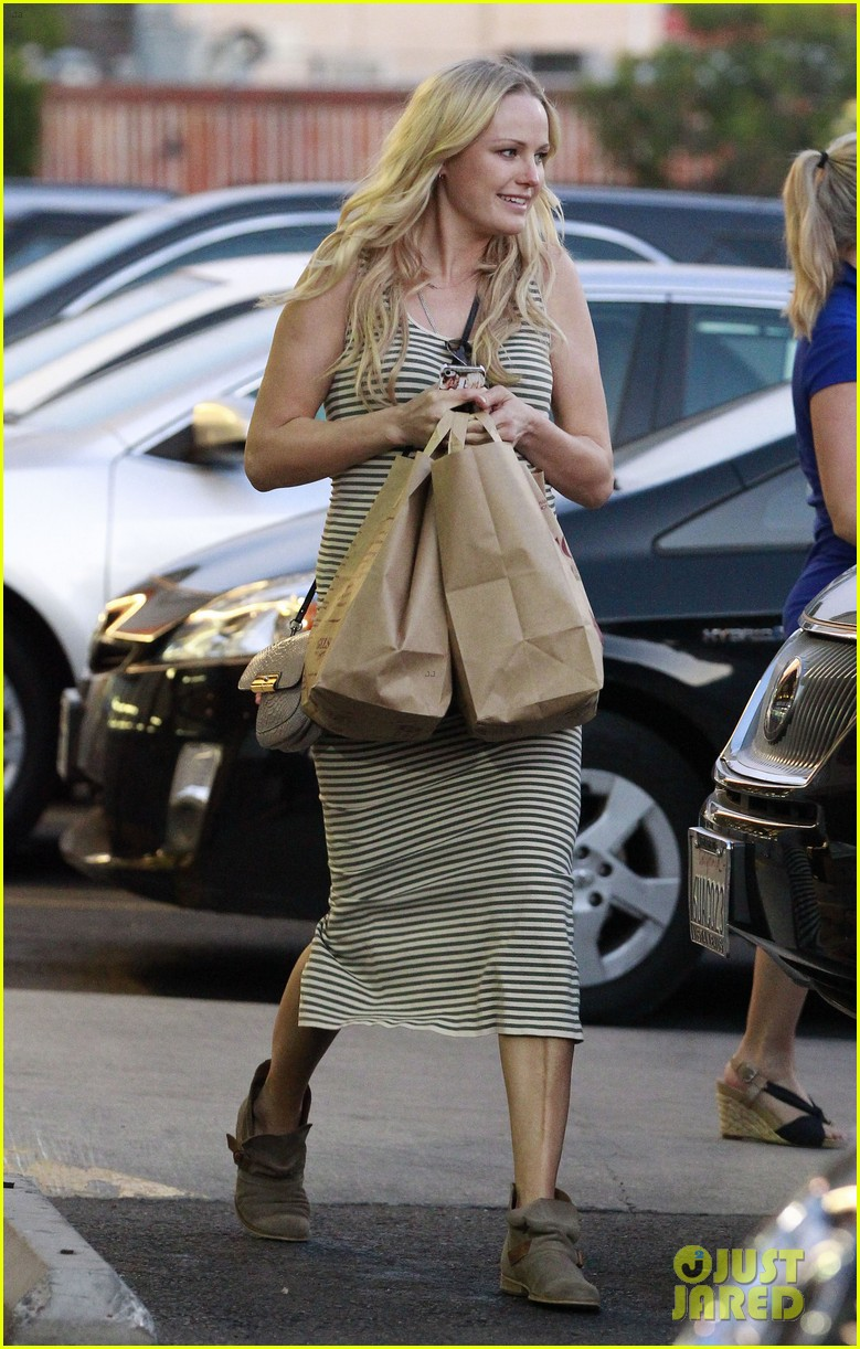 malin akerman flaunts growing baby bump at lunch 11