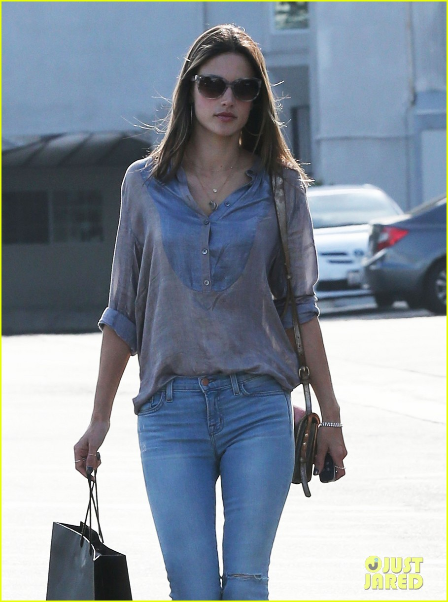 alessandra ambrosio coffee shopping stops 022838638