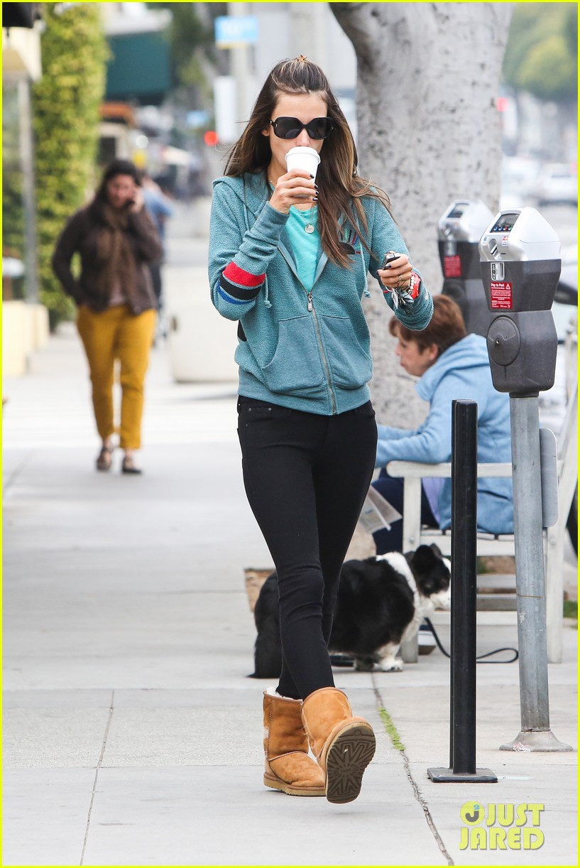 alessandra ambrosio coffee shopping stops 03