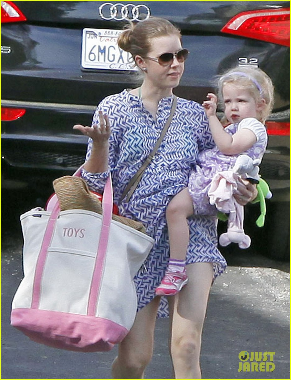 amy adams pool party with daughter aviana 02