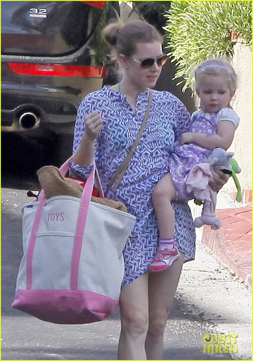 amy adams pool party with daughter aviana 14