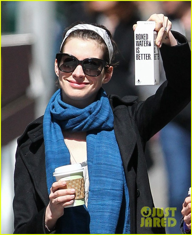 anne hathaway adam shulman dog walk in brooklyn 02