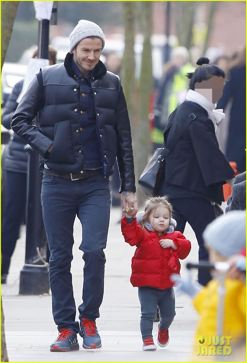 david beckham holding hands with harper 01