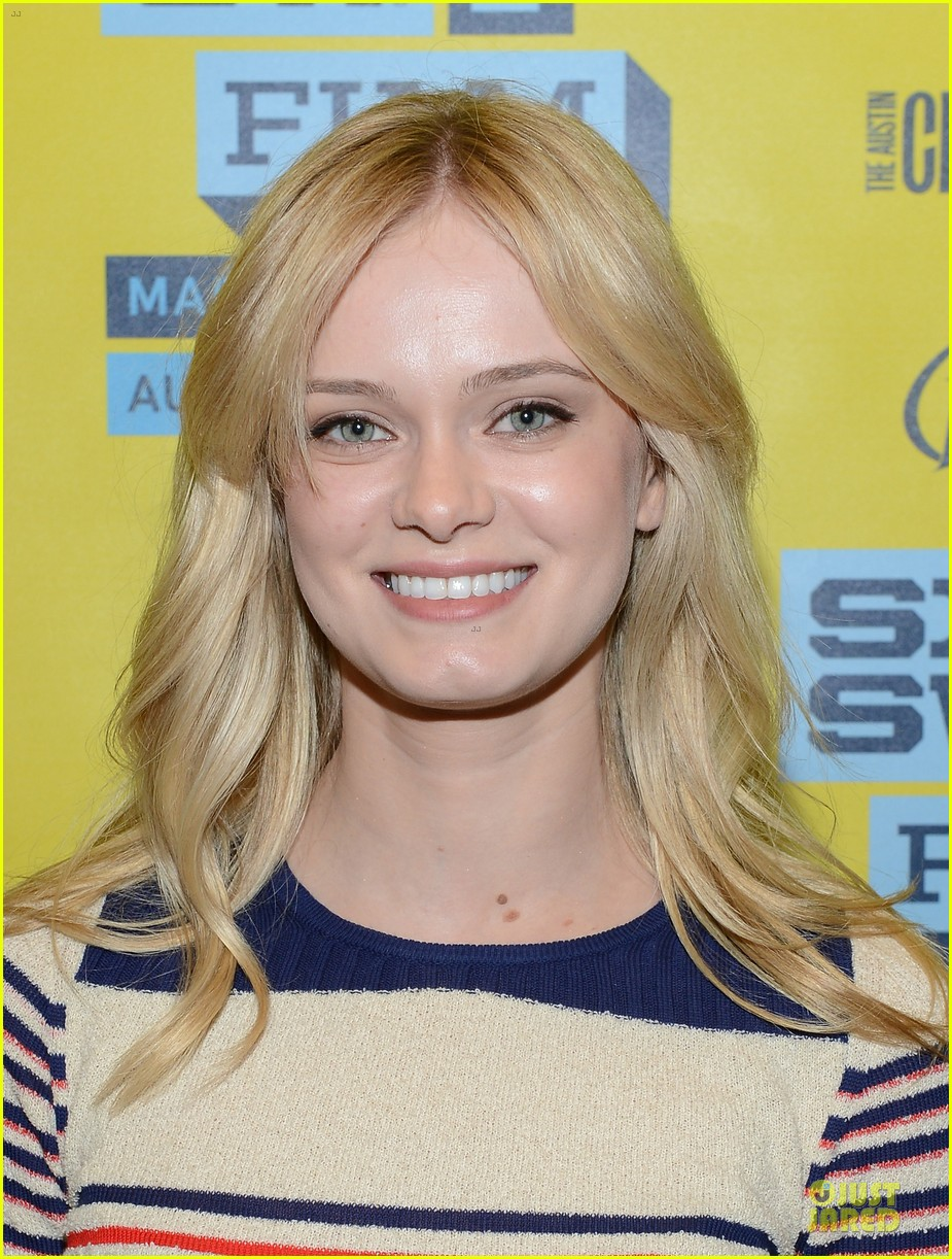 ashley bell sara paxton the bounceback photo op at sxsw 042827841