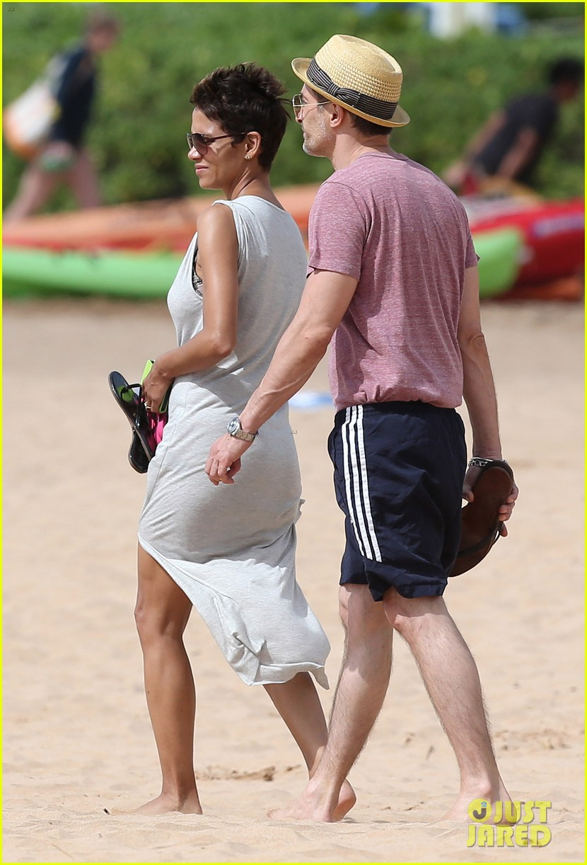 halle berry olivier martinez maui beach stroll with nahla 062839082