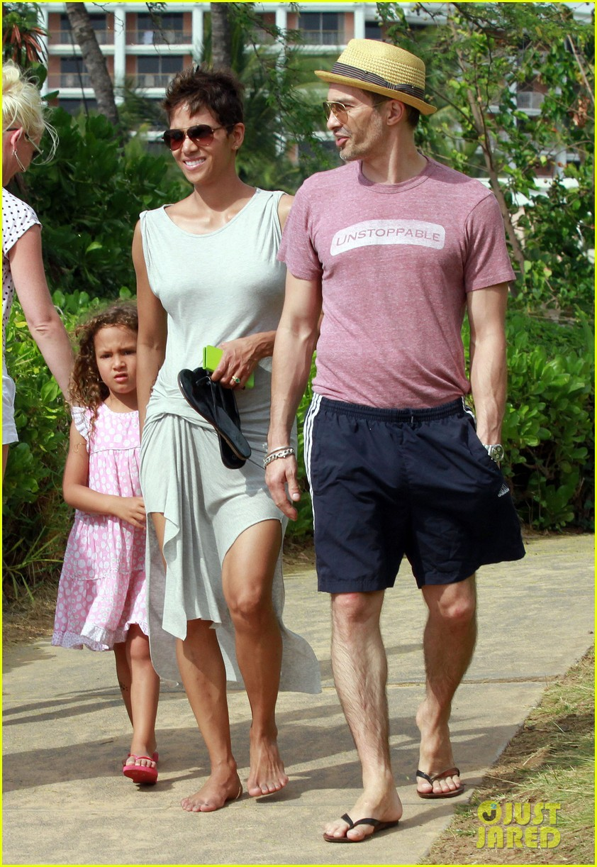 halle berry olivier martinez maui beach stroll with nahla 19