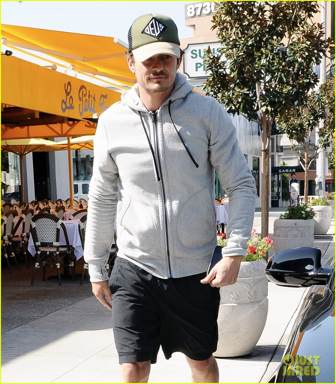 orlando bloom steps out after miranda kerrs car accident 03