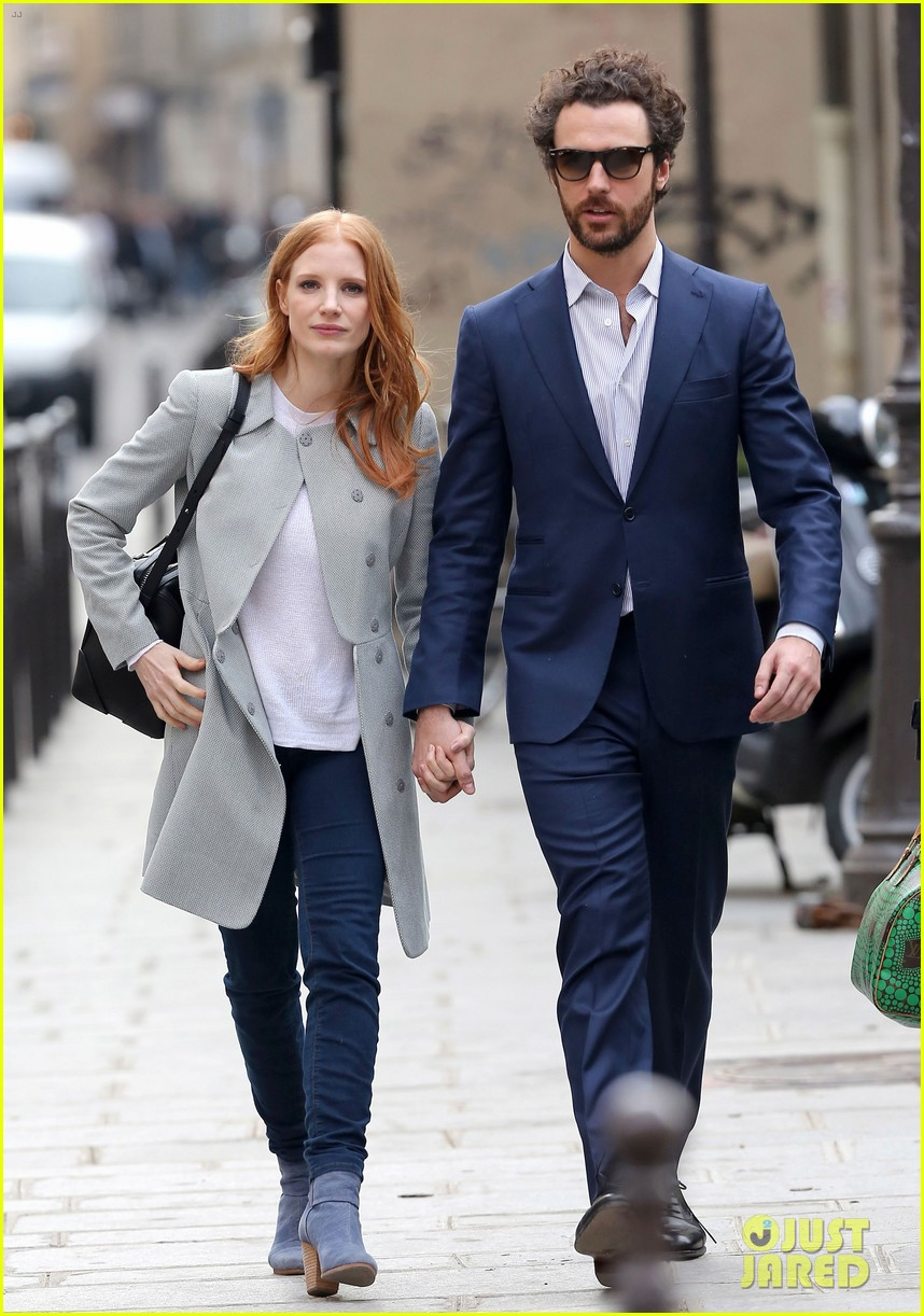 jessica chastain gian luca passi de preposulo hold hands in paris 03
