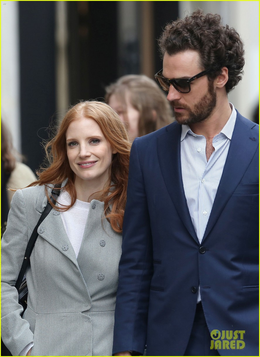 jessica chastain gian luca passi de preposulo hold hands in paris 04