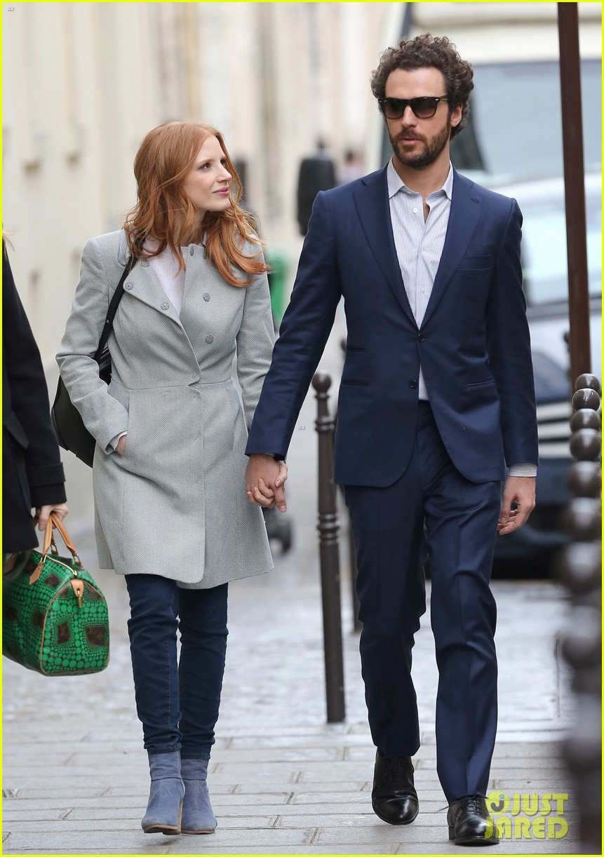 jessica chastain gian luca passi de preposulo hold hands in paris 20