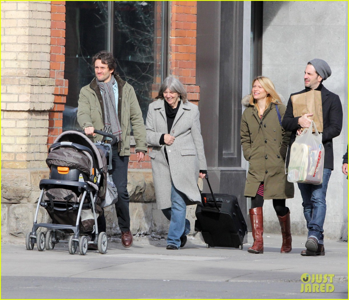 claire danes hugh dancy family day with baby cyrus 142828259