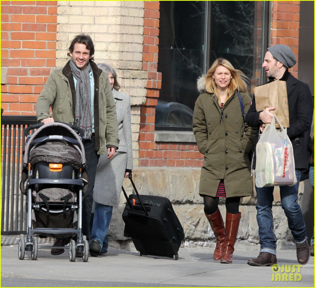 claire danes hugh dancy family day with baby cyrus 15