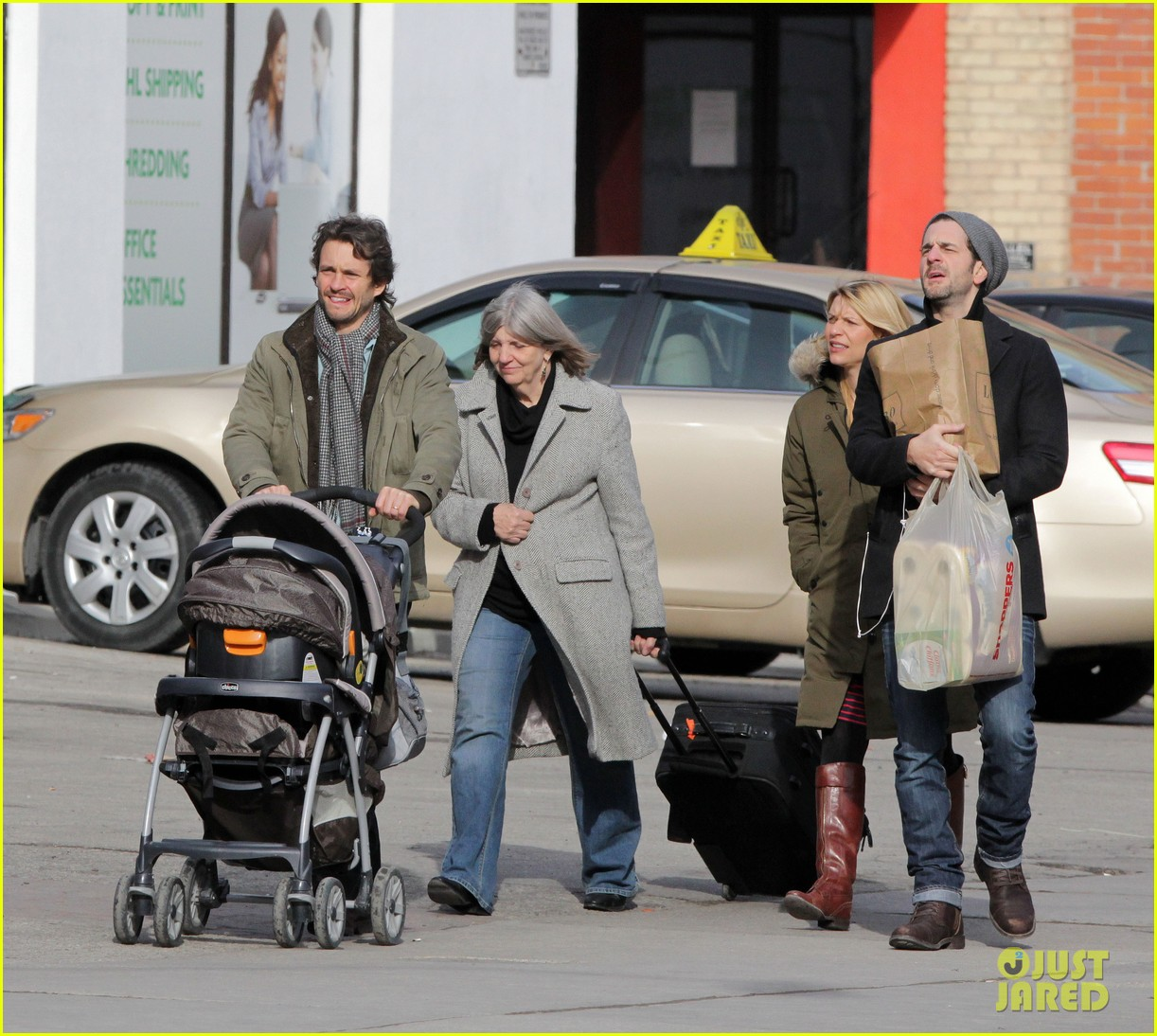 claire danes hugh dancy family day with baby cyrus 17
