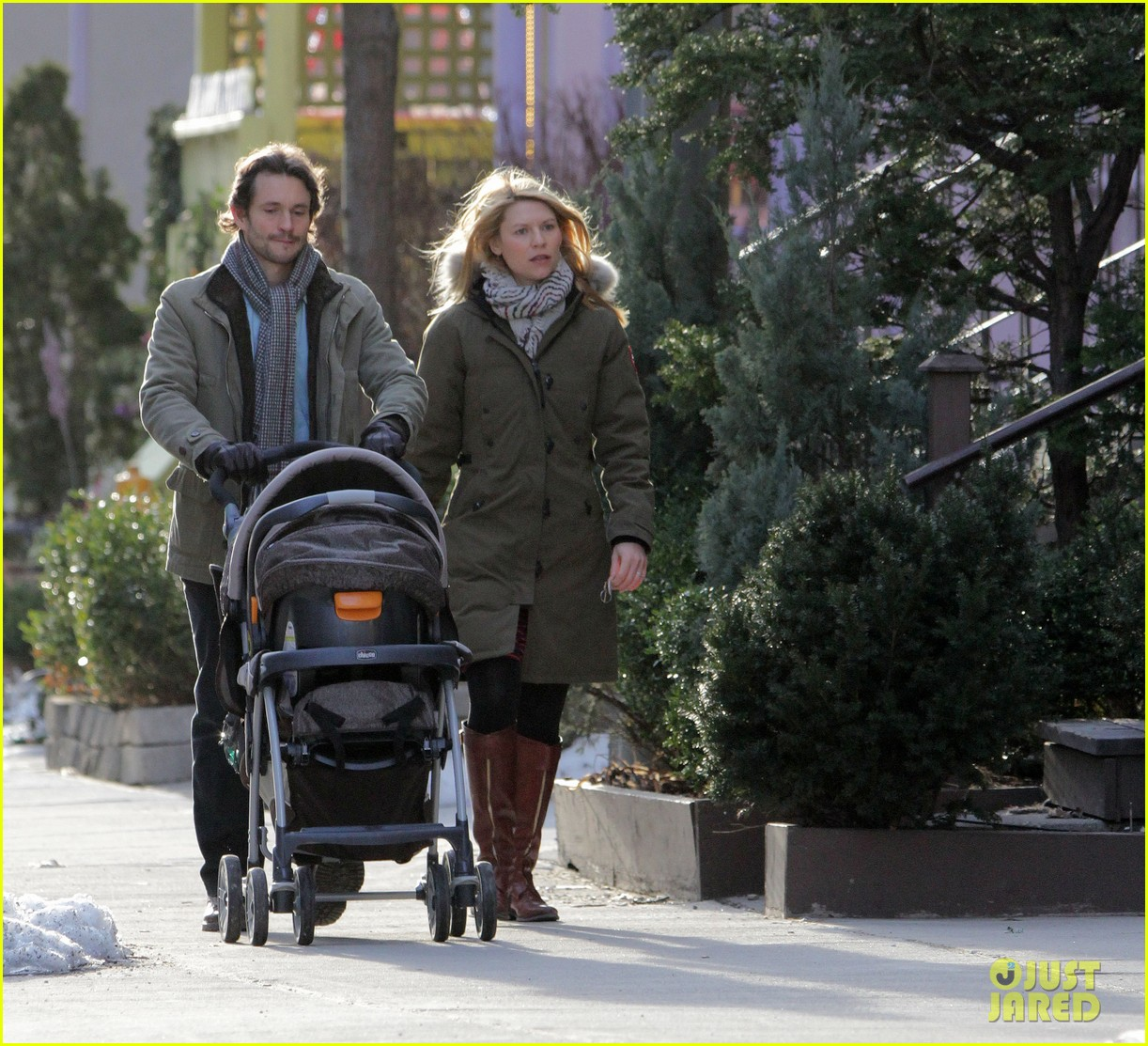 claire danes hugh dancy family day with baby cyrus 31
