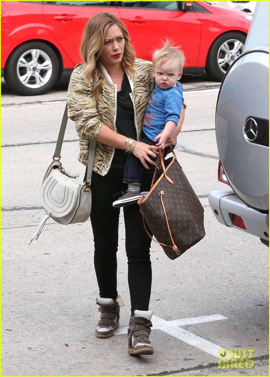 hilary duff babies first class with luca 05